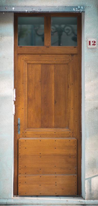 Porte d'entrée en bois à Nîmes
