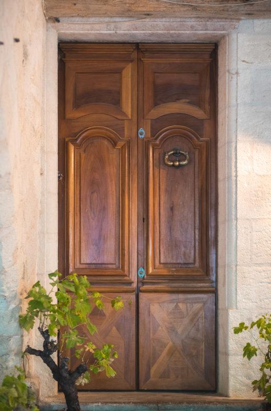 Porte d'entrée en bois à Uzès